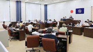 町議3氏の議員辞職勧告を可決した町議会。町民に驚きや不信感が広がっている=17日、竹富町議会議場