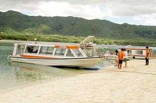 グラスボートに乗り込む観光客。客足はまばらだった=19日、川平湾