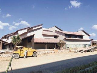 建物が完成した石垣市役所新庁舎。10月中旬以降、工事請負契約変更手続きをめぐる百条特別委員会の調査が始まる見通しだ=28日午後