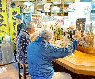 感染対策をしながら久しぶりの外食を楽しむ客たち=1日夕、居酒屋「源」美崎店