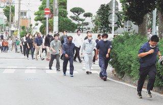 津波避難訓練を行う石垣市の職員ら。市は本年度、観光客に特化した対応策をまとめる=2020年11月5日