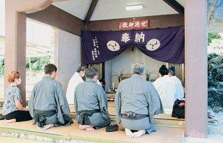 五穀豊穣や島民の健康などを祈願する神司ら=7日午後、世持御嶽