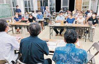 沖縄総合事務局と沖縄県から説明を受ける地域住民ら=8日夜、崎枝公民館