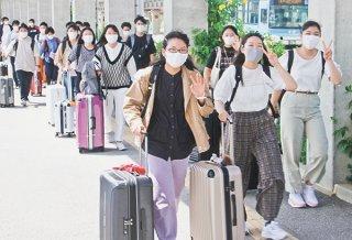 コロナの緊急事態宣言が解除され、修学旅行シーズンが本格スタートした=10日午前、南ぬ島石垣空港