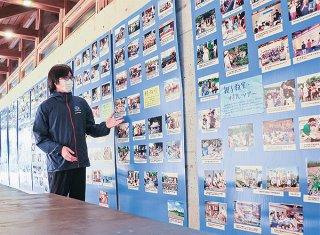 展示物の説明をするしらほサンゴ村の小林俊介センター長=11日午前、石垣市白保