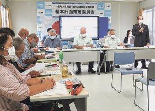 博物館建設に向けた発足した基本計画策定委員会。来年3月に基本方針案を策定する=12日午後、竹富町役場仮庁舎