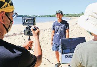 西表島の海岸の現状をエコツアーガイドの國見祐史さんが生中継でリポート=16日午後、西表島月ケ浜