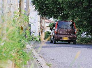 通学路として利用する児童生徒は多く、極端に道幅が狭い。死角もあり交通事故発生が懸念されている道路=石垣市登野城、16日夕(画像は一部加工しています)