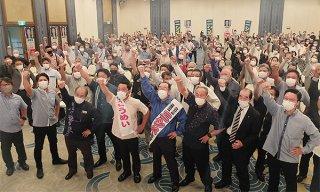 「選挙区は西銘、比例は公明に」と気勢をあげる支持者ら=22日、アートホテル石垣島